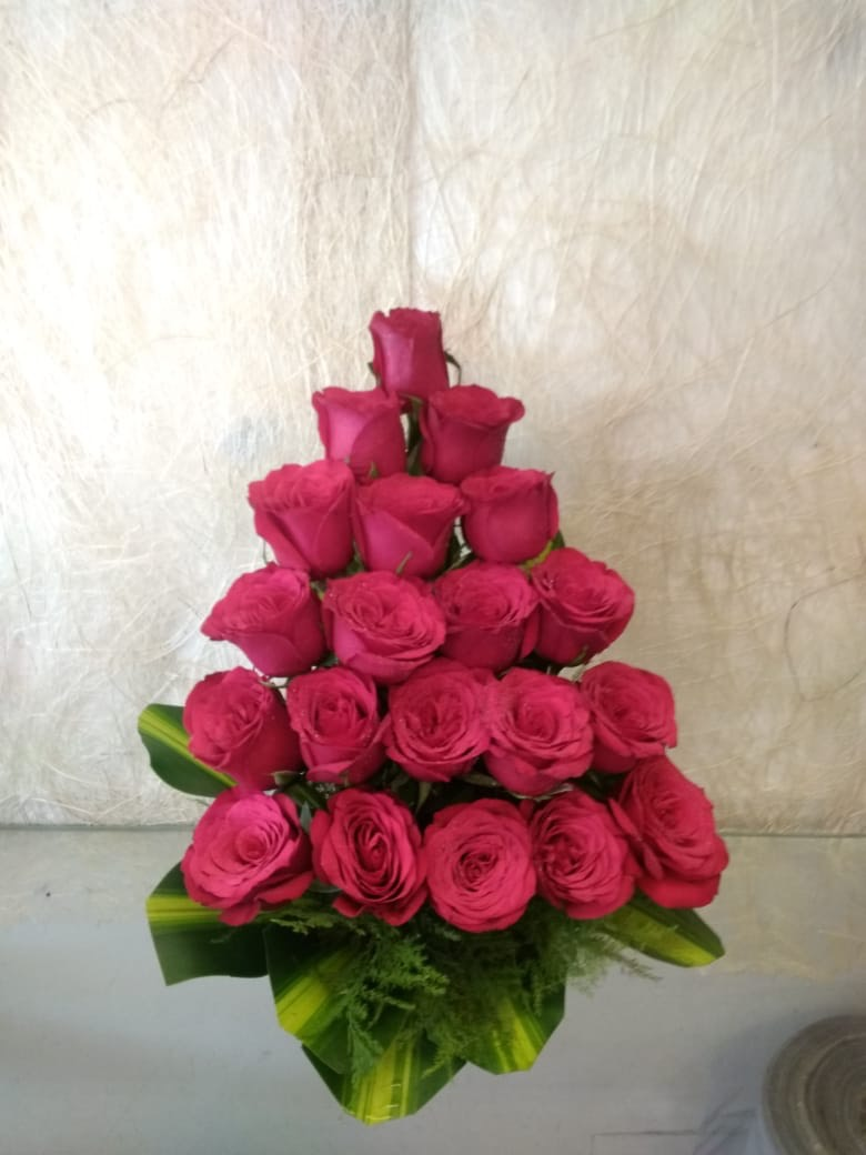 20 Red Roses Arrangement cake delivery Delhi