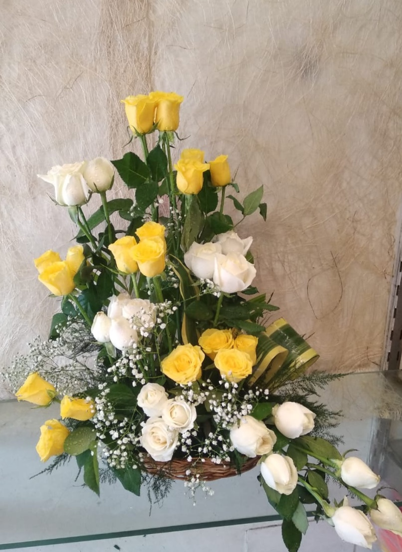 40 White & Yellow Roses One Side Arrangement cake delivery Delhi